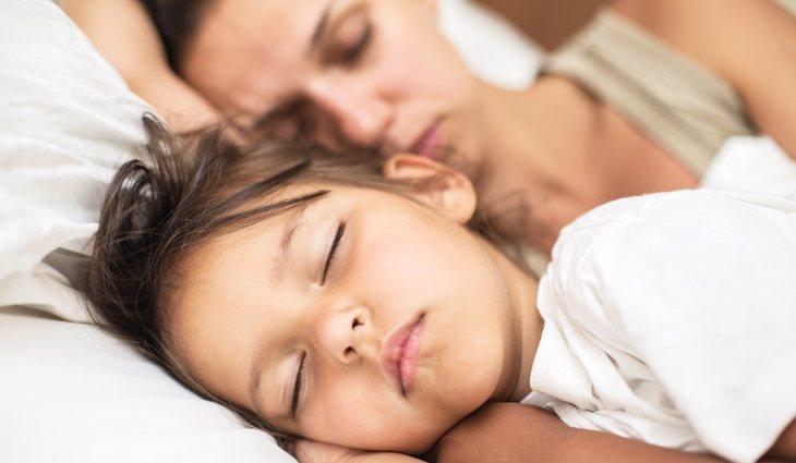 Es importante ir preparando la situación de que el niño se vaya a dormir solo con antelación