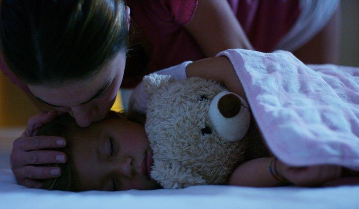 Acompañarles a la cama facilita que los niños acepten irse a dormir solos