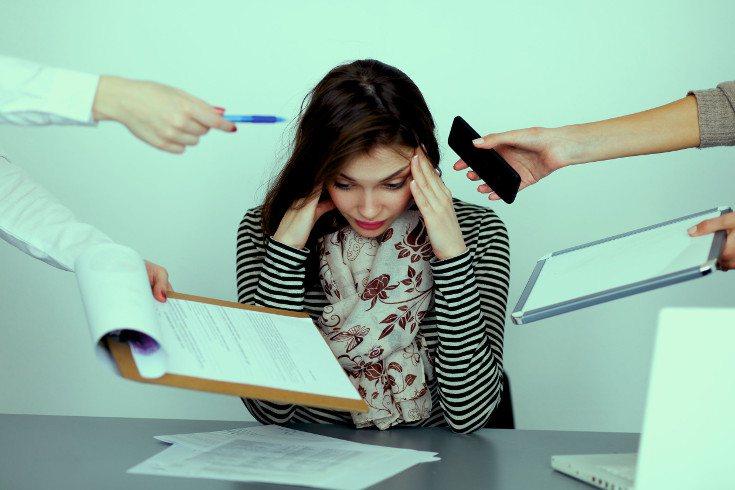 Muchas veces la ansiedad se relaciona con una sobrecarga, ya sea como causa o como consecuencia