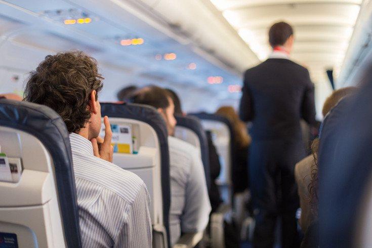 Si viajamos de noche podemos dormir en el avión para estar más tranquilos
