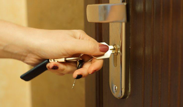 Por ejemplo, una personas con Trastorno Obsesivo Compulsivo necesita comprobar muchas veces que ha cerrado la puerta aunque sepa que lo hizo