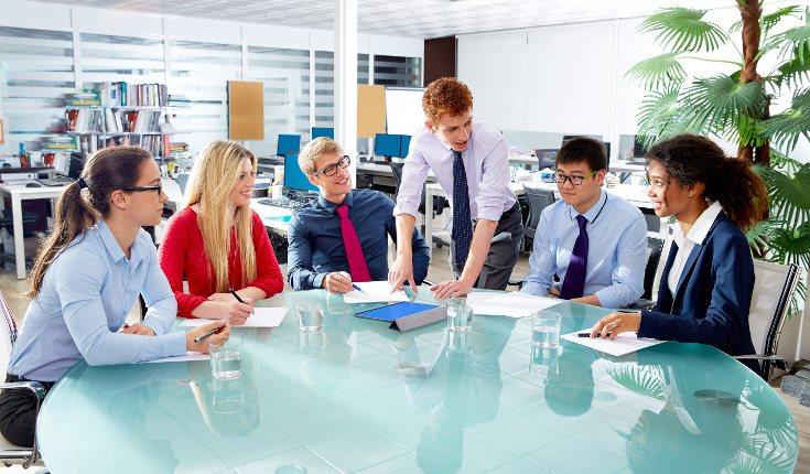 Las empresas deben poner en marcha iniciativas para mejorar la aceptación de los compañeros LGTBIQ+