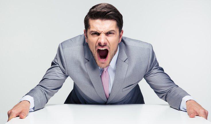 Evita descargar tus emociones negativas explotando o siendo agresivo/a