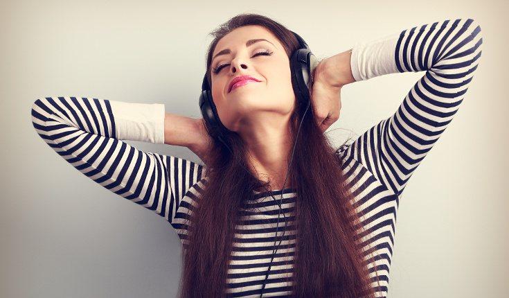 Escuchar música te puede ayudar a dormir mejor y reducir el estrés