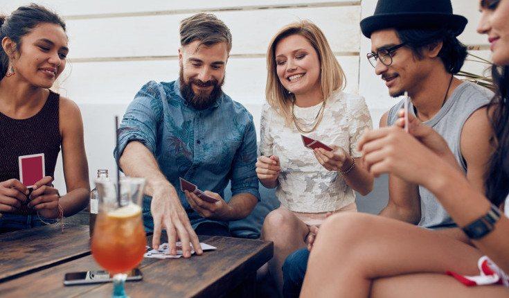 Cuando estéis los amigos juntos, haced el juego de que quien mire el móvil, paga la cuenta