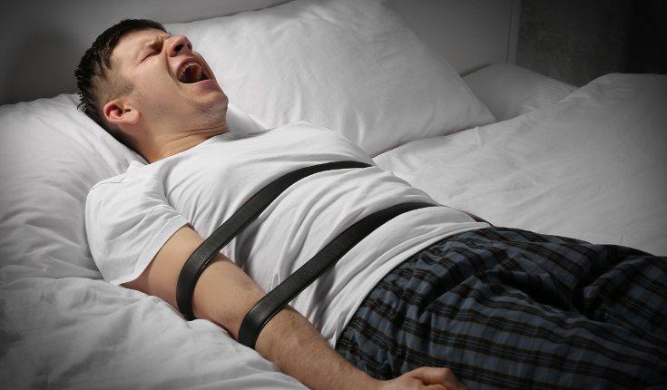 Durante unos minutos, al persona con parálisis del sueño está despierta pero no se puede mover