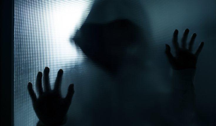 Las alucinaciones de sombras y sensación de que hay personas en el cuarto son comunes en las parálisis del sueño