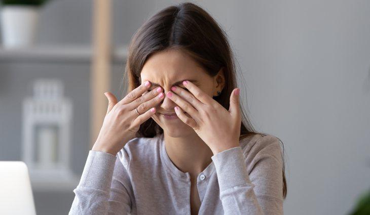 Algunos de los síntomas de la basofobia son la cefalea y los problemas de visión