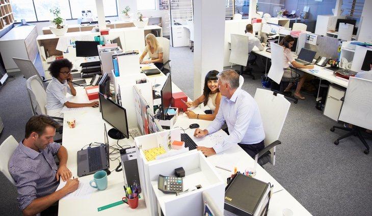El tener a personas trabajando a tu alrededor normalmente aumenta la productividad