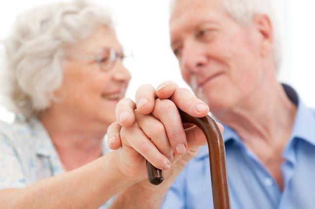 Toma un tiempo para escuchar con atención a una persona mayor