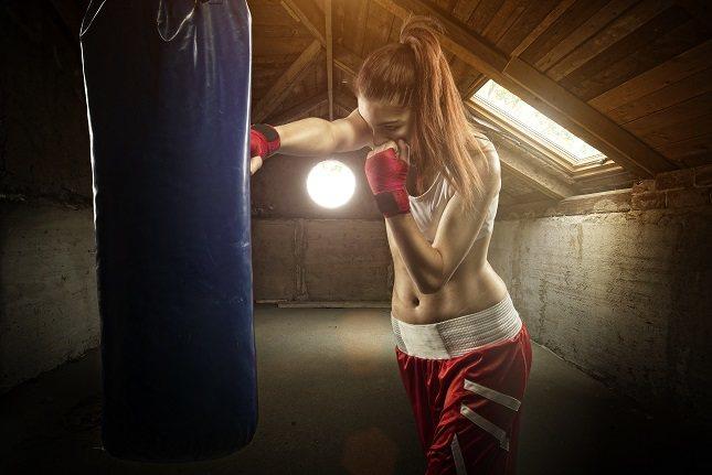 Golpear un saco de boxeo puede ser una expresión física y simbólica de estrés o ira