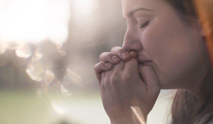 Uno de los síntomas que primero aparecen es el miedo y la ansiedad