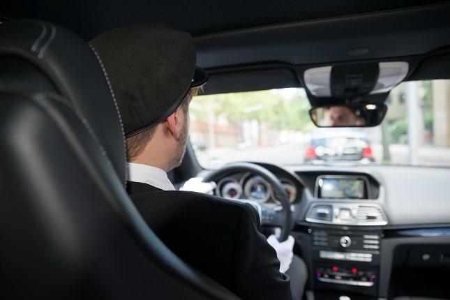 Es absolutamente esencial que prestes atención a la carretera mientras conduces