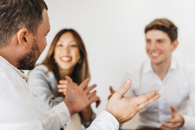 Son muchas las personas que se sienten incómodas cuando tienen que comenzar una nueva conversación