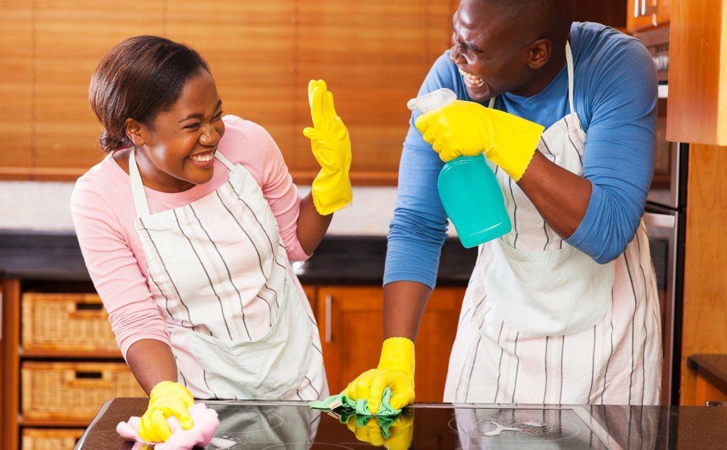 Compartir las tareas de casa es clave para la felicidad de la pareja