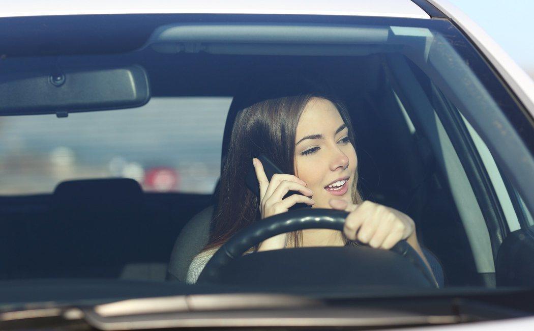 Conducción distraída, los peligros de usar el teléfono en el coche