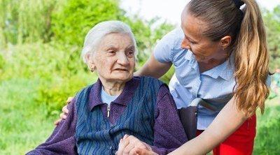 El desafío psicológico que supone cuidar a una persona con Alzheimer